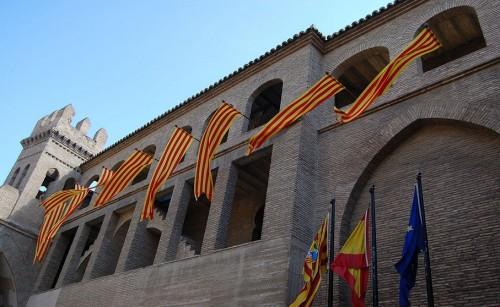 Banderas de Aragón en el Palacio de la Aljafería el día de San Jorge