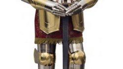 Armadura natural plateada y dorada con grabados traje granate y espada entre las manos 250x141 - armadura-natural-plateada-y-dorada-con-grabados-traje-granate-y-espada-entre-las-manos