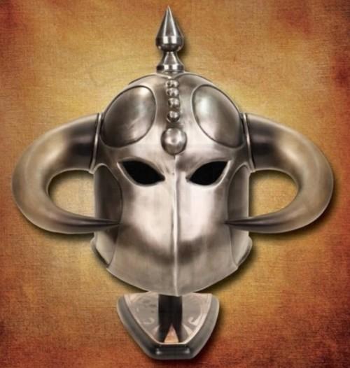Casco de la Muerte de Frank Frazetta - Espada, hacha, escudo y casco de la Muerte de Frank Frazetta